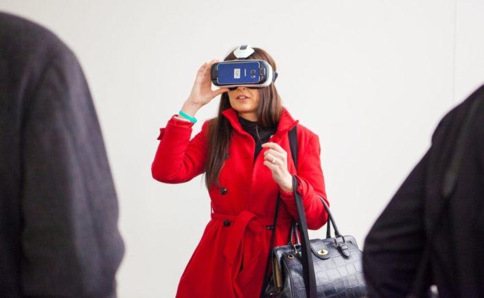 Besucherin mit Virtual Reality Brille auf der B3-Biennale