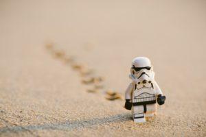 Wie schreibt man ein Drehbuch? Stormtrooper Lego Figur im Sand laufend
