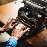 Wie schreibt man ein Drehbuch? Zwei Hände tippen auf alter Schreibmaschine