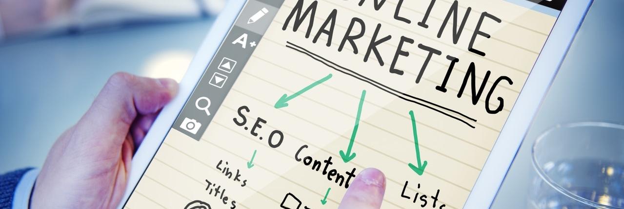Online Marketing: Tablet mit Online Marketing Grafik