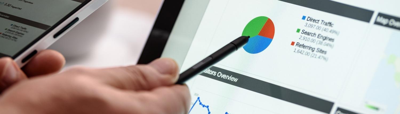 Suchmaschinenoptimierung: Person wertet Diagramm am Laptop aus