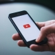 Youtube Marketing: Smartphone mit Youtube Logo