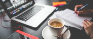 Wie schreibt man ein Drehbuch - Laptop mit Tasse Kaffee