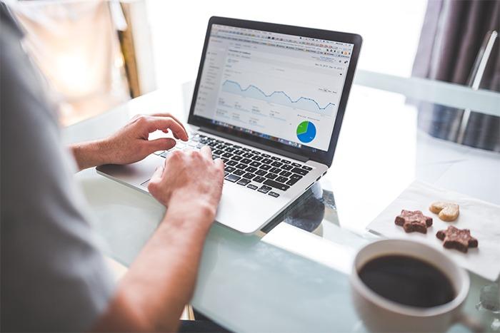 Social Media Marketing Tipps - Schreibtisch mit Laptop