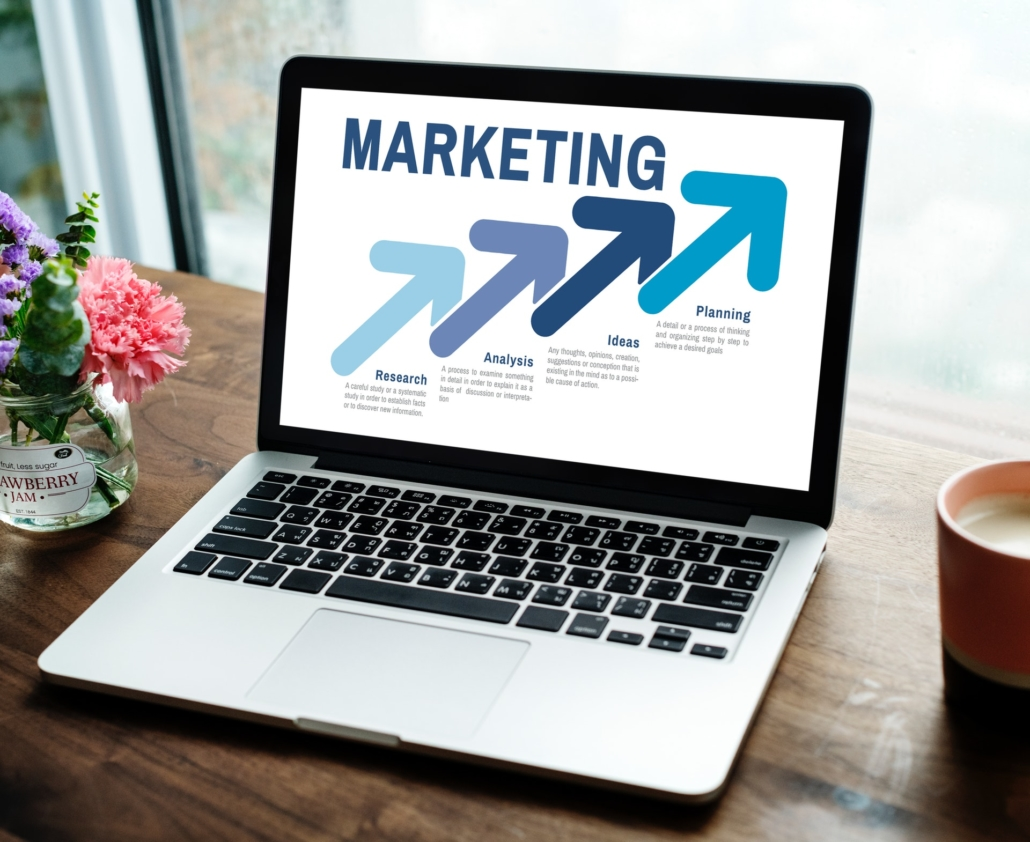 Laptop mit Marketing Infos