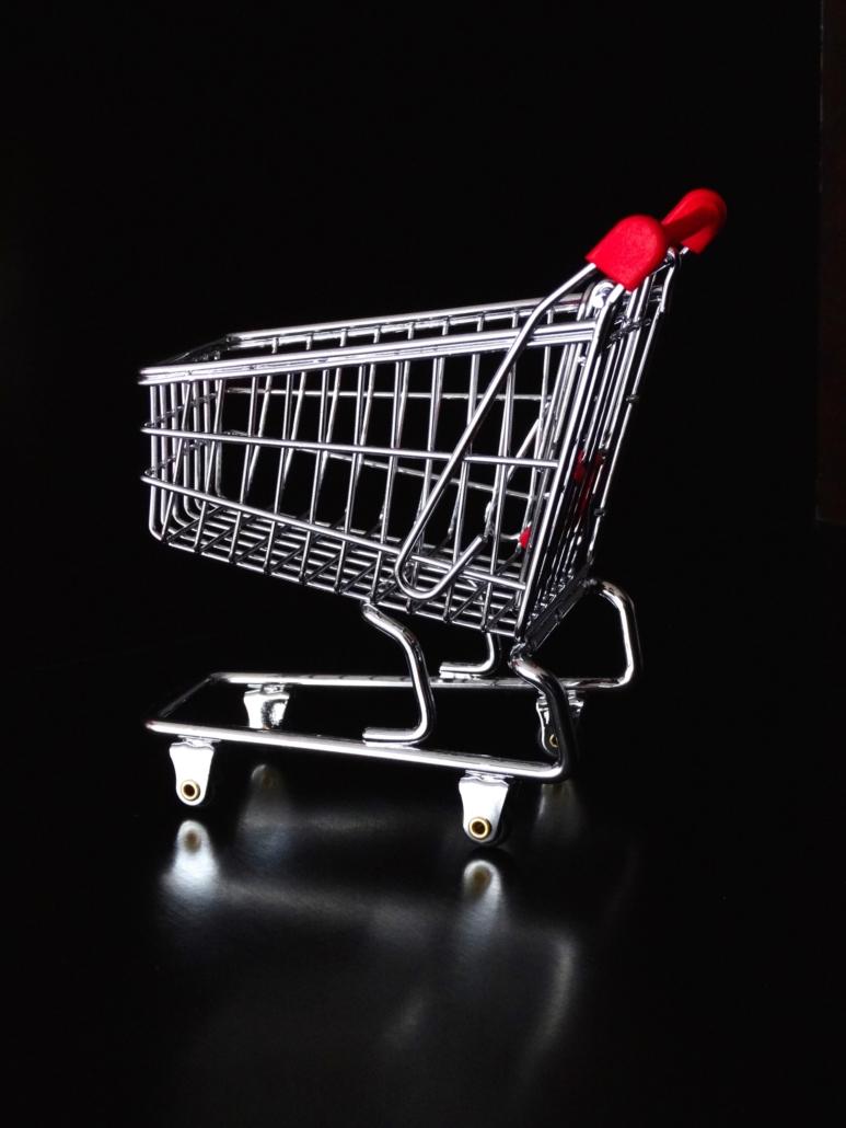 Mini Einkaufswagen mit schwarzem Hintergrund