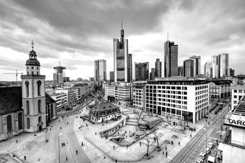 Skyline Frankfurt in Schwarz Weiß
