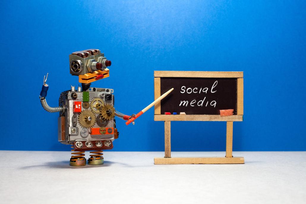 Roboter zeigt auf Tafel mit der Beschriftung social media