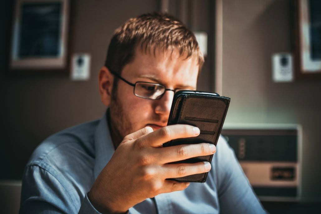 Video Marketing Mann mit Handy