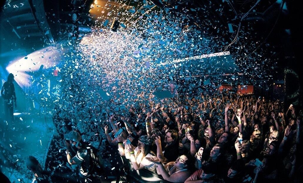 Bei einem Hybridevent fliegt Konfetti von der Bühne in die Menge