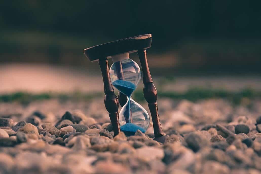 Eine Sanduhr zeigt die ablaufende Zeit und verdeutlicht damit die Bedeutung der Geschwindigkeit eines Videoproduktion Anbieters im Vergleich mit anderen Agenturen.