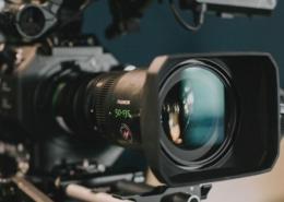 Das Vorschaubild für die Filmproduktion-Tipps zeigt das Objektiv einer professionellen Filmkamera.