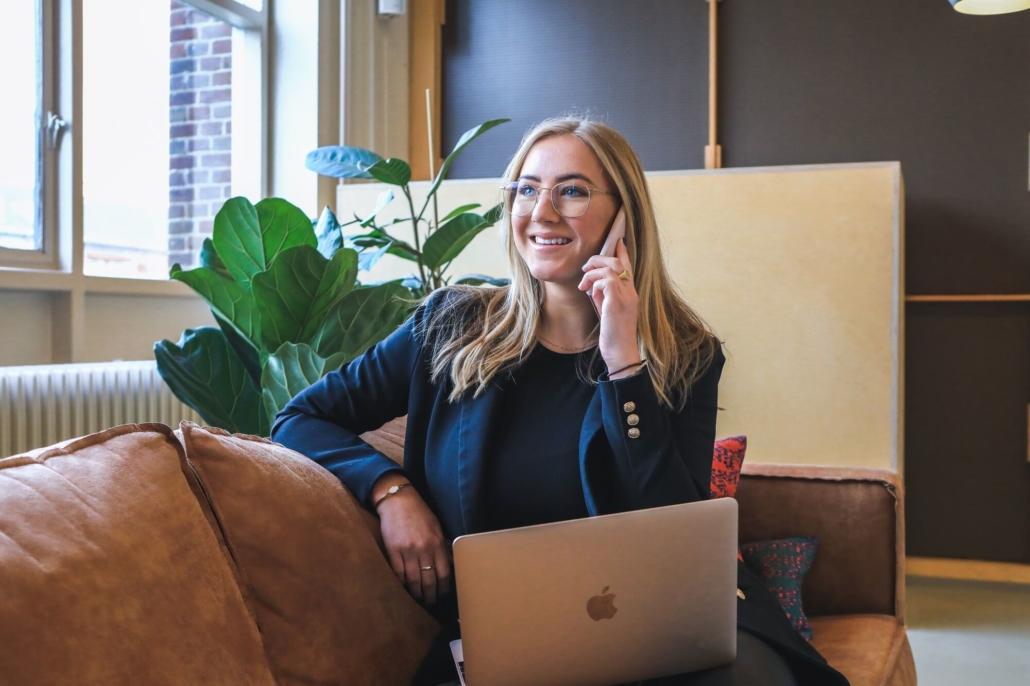 Eine Geschäftsfrau führt nach Lesen unserer Filmproduktion-Tipps ein telefonisches Erstgespräch mit einer sympathischen Filmagentur.