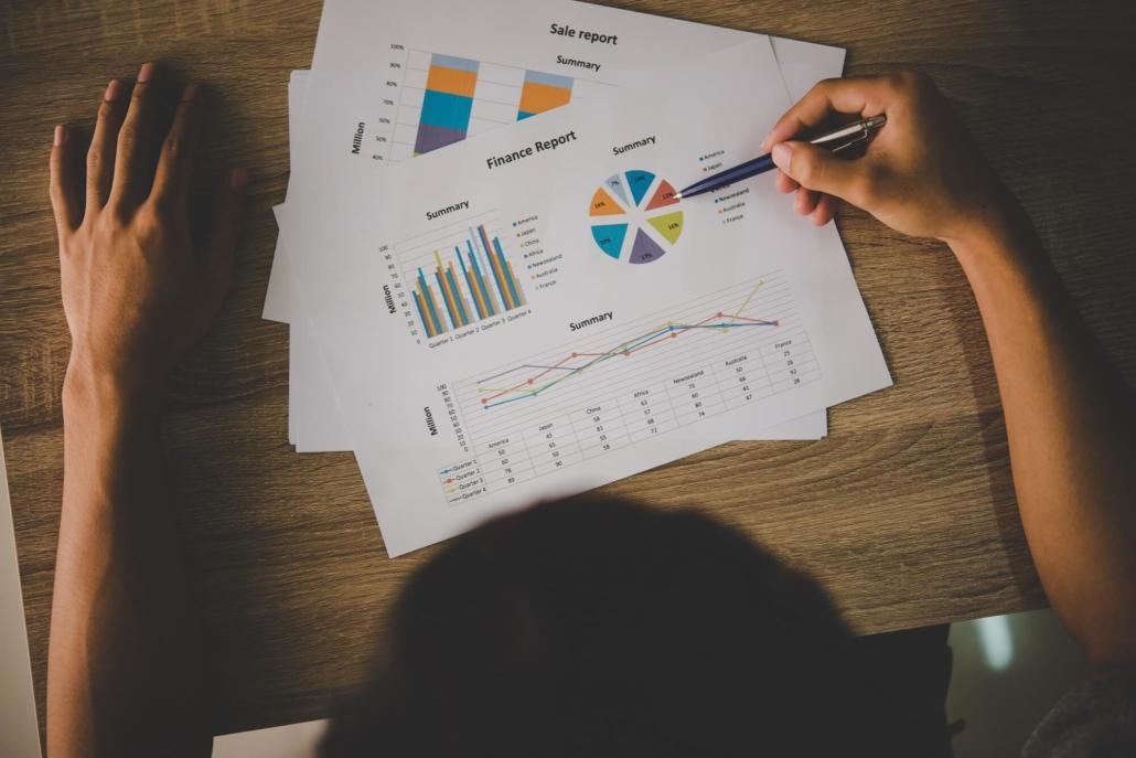 Ein Geschäftsmann analysiert nach einer Filmproduktion die Zahlen, um den ROI des Videomarketings zu bestimmen.
